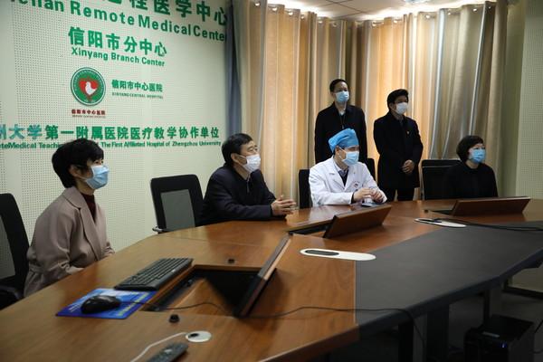 乔新江到信阳市中心医院视频连线隔离病房看望慰问女职工及患者并视察互联网医院建设情况